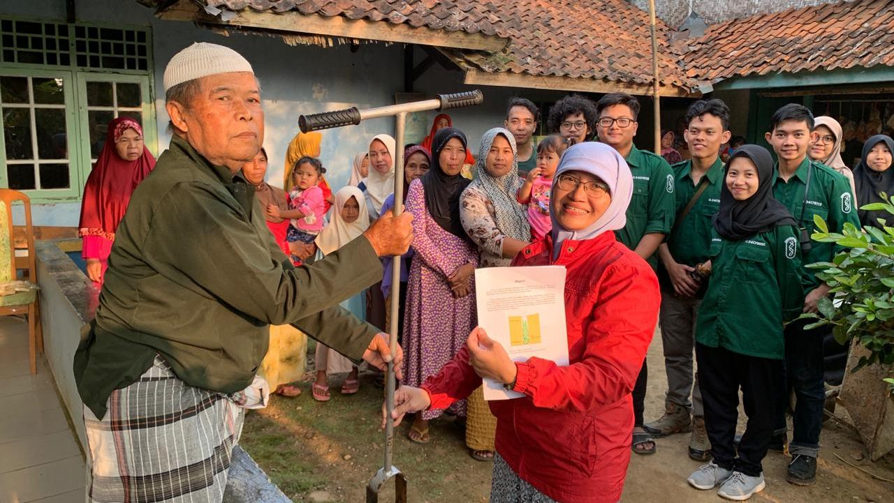 Introducing Biopori, Citizens of Babakan Kembar, Situ Gunung Ready to Dig Some Holes